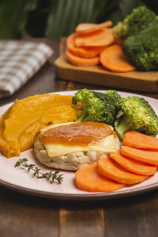 hamburguer de frango, purê de moranga e legumes