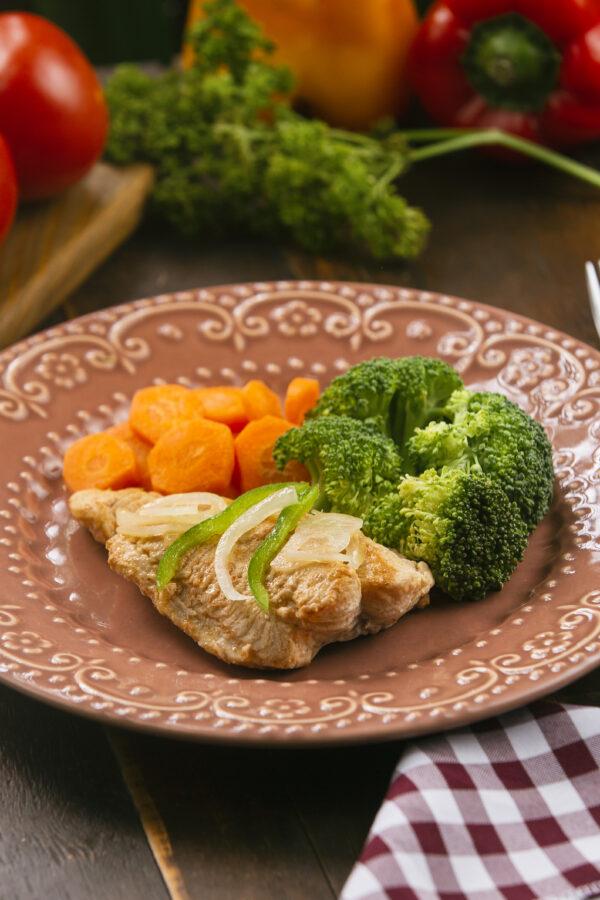 Filé de tilápia com legumes